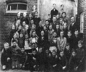 Bild der Schüler und dem Lehrer Heinrich Dickmann vor der Volksschule Stockum 1937