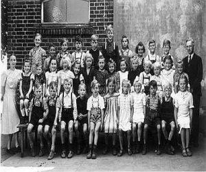 Aufnahme der Schüler vor der Volksschule Stockum In den Jahren 1948 oder 1949